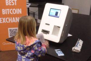 Enfant en train d'acheter des Bitcoins
