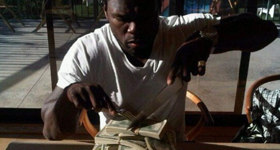 Le chanteur 50 cent avec ses dollars