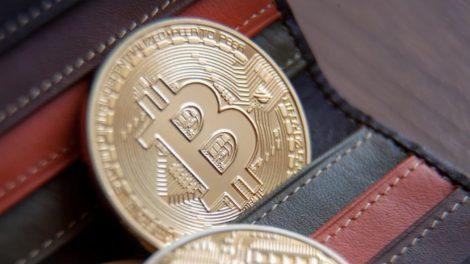 portefeuille contenant des pièces de Bitcoin